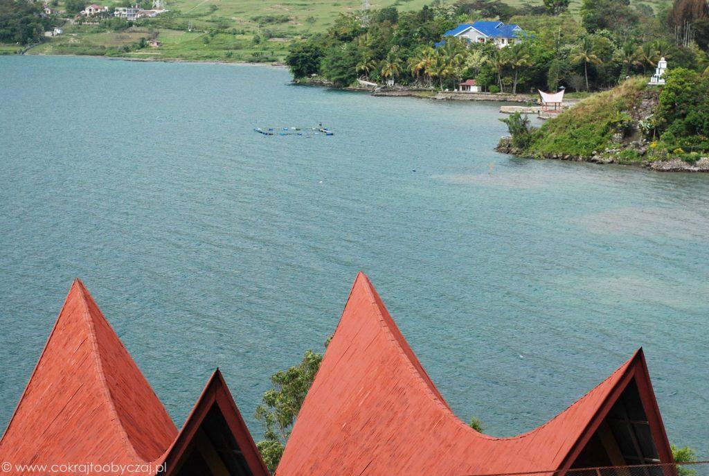 Dachy domów Bataków Toba i widok na jezioro Toba.