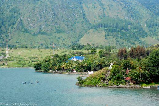 Malownicze okolice Tuk Tuk nad jeziorem Toba w Indonezji.
