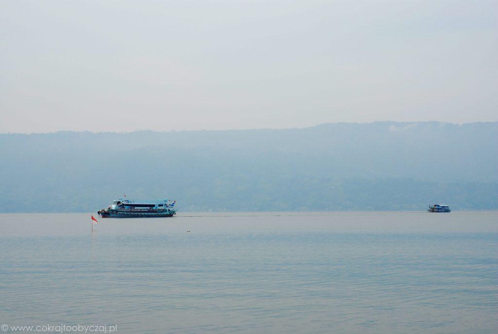 Promy na jeziorze Toba - Sumatra, Indonezja.