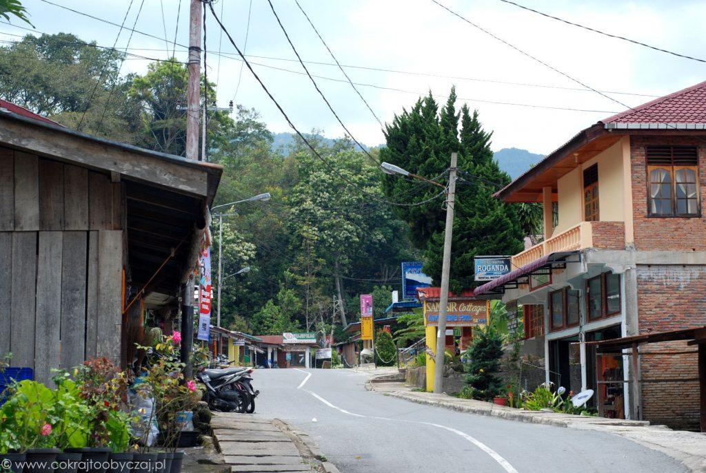 Pusta droga i miasteczko TukTuk na wyspie Samosir.