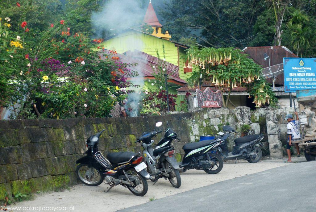Skutery i brugmansja przy wejściu do Huta Siallagan.