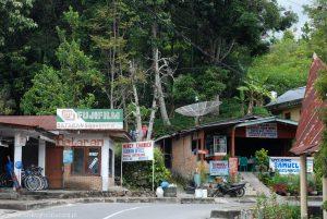 Sklepy i guest housy na wyspie Samosir w Indonezji.