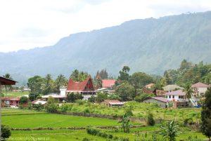 Okolice Tuk Tuk nad jeziorem Toba w Indonezji.
