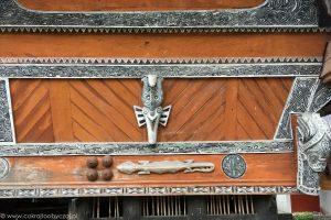 Gekon i kobiece piersi - tradycyjne dekoracje domów Bataków Toba.