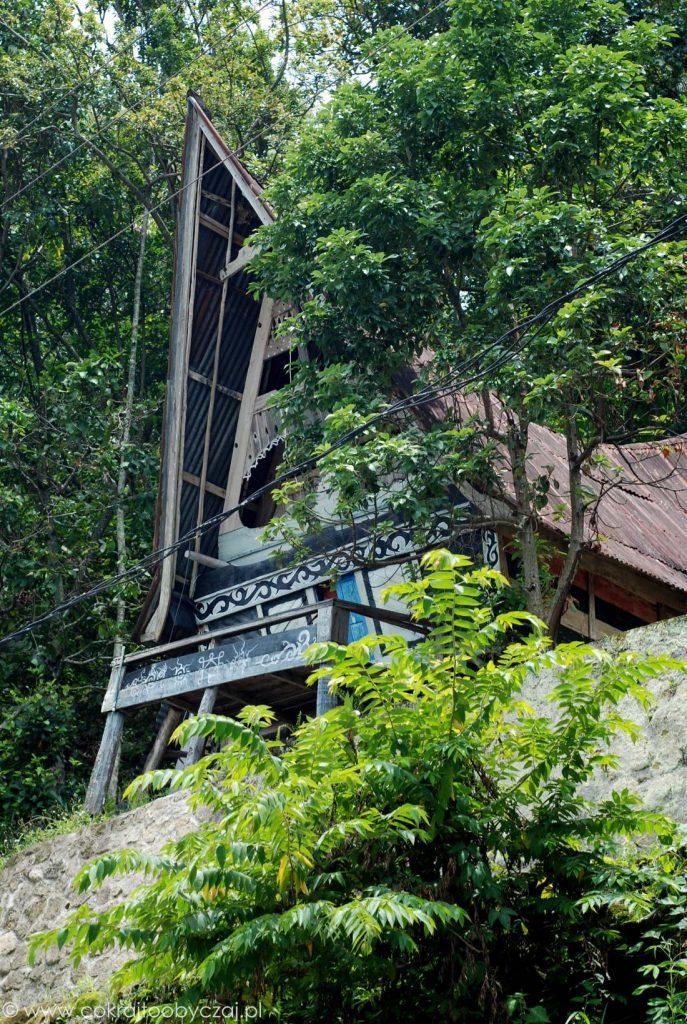 Opuszczony, tradycyjny dom Bataków Toba.