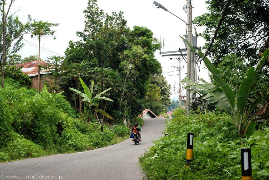 Skuter na drodze w okolicach Tuk-Tuk na Sumatrze.