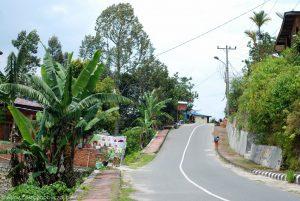 Pusta ulica w miejscowości Tuk Tuk nad jeziorem Toba.