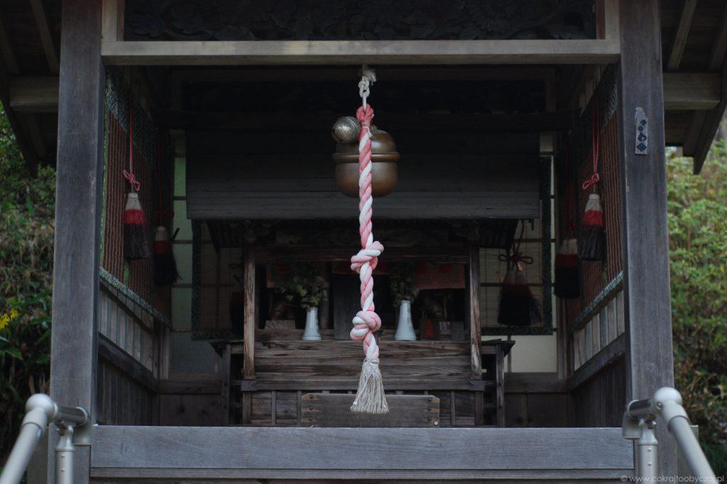Suzu, czyli dzwon zawieszony przed chramem shinto.