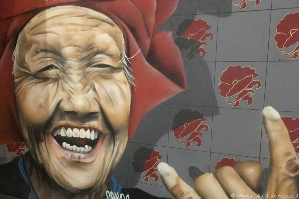 Mural z wizerunkiem kobiety Samsui, Amoy Street Food Centre w Singapurze.