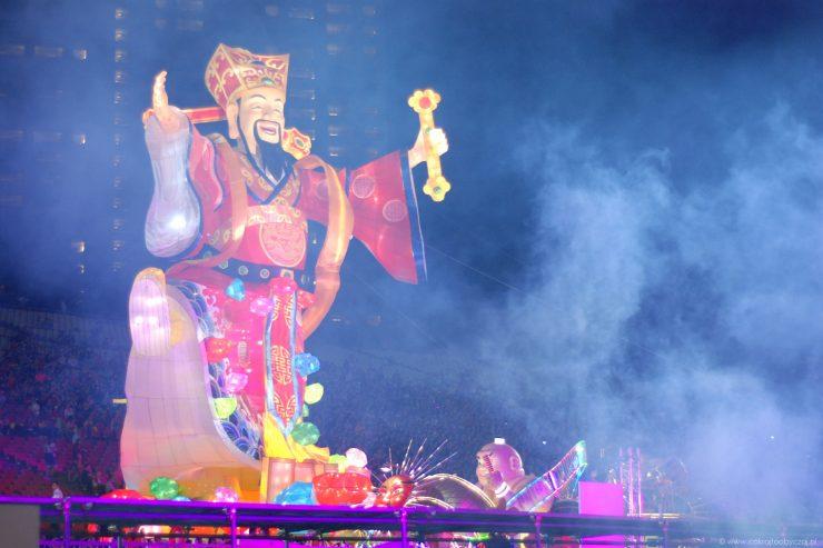 Ogromny wizerunek Caishen, boga dobrobytu, górująca nad Marina Bay w Singapurze.
