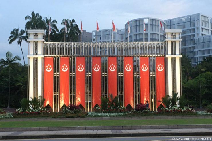Festival Arch przy parku Istana z flagami Singapuru z okazji National Day.
