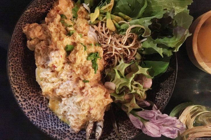 Makaron z rybno-krabowym sosem curry w towarzystwie kwiatów i zieleniny w Pou Restaurant and Bar.