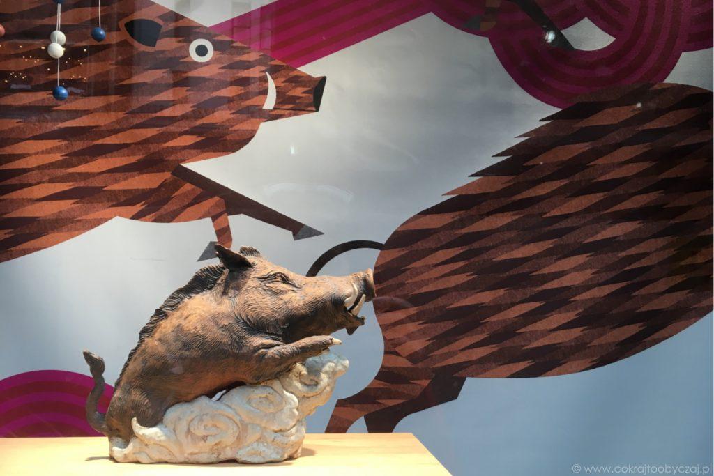 Figurka dzika na wystawie sklepu w Tokio z okazji Nowego Roku - Roku Dzika.