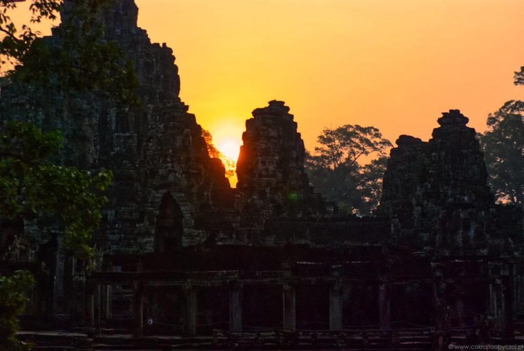 Wschód słońca nad świątynią Bayon, Angkor, Kambodża