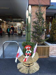 Kadomatsu z flagą Japonii